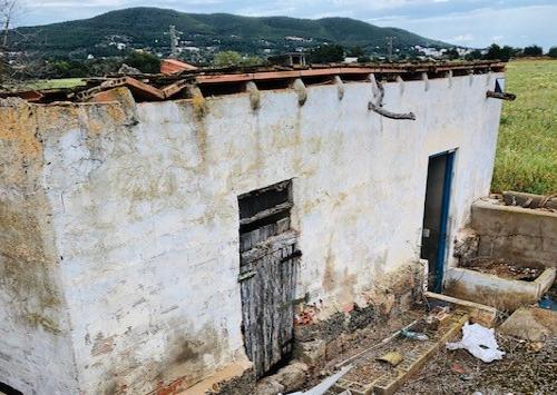 Enige understatement: foto is niet de werkelijkheid, maar zo worden er ook wel woningen aangeboden op Ibiza.